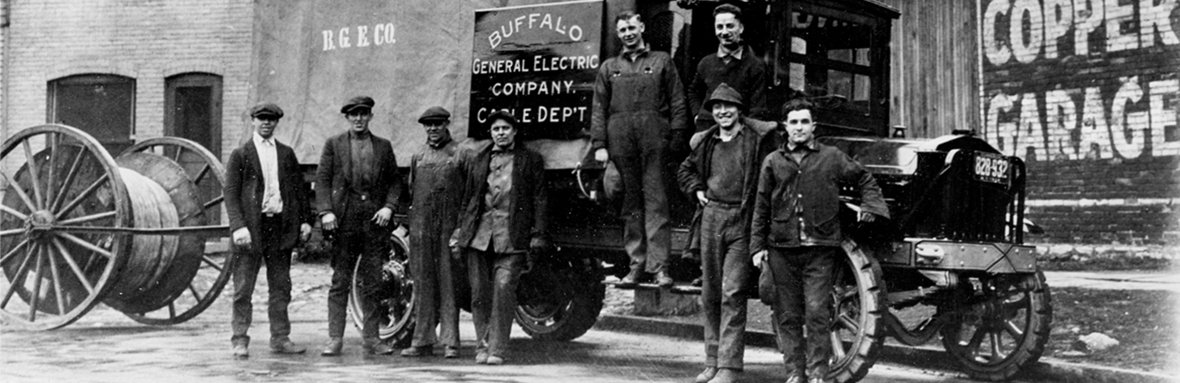 Electricity company vehicle with group of men from 1922 - Our history